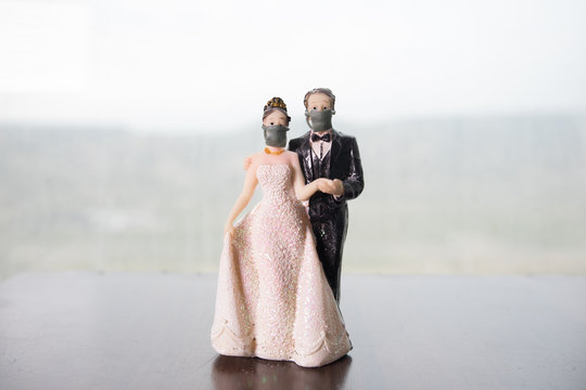 Miniature people : Merchants and citizens wearing masks to protect against viruses at the market. People wear masks to prevent New type COVID-19 pneumonia. Coronavirus and Covid-19 concept.