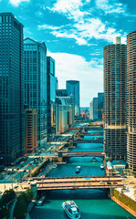 Photo sur Toile Chicago Chicago River with boats and traffic in Downtown Chicago