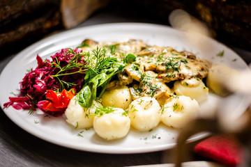 Fototapeta polędwiczki w sosie grzybowym i kluski śląskie obraz