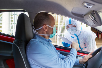 Autofahrer bei Coronavirus Test im Drive-In