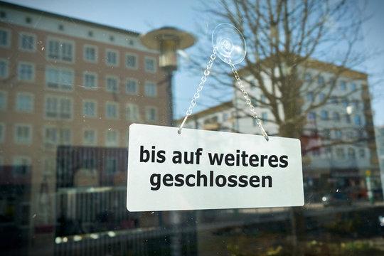 """Schild an einem Schaufenster mit der Aufschrift """"bis auf weiteres geschlossen"""""""