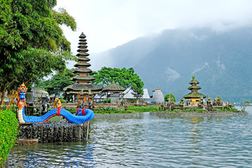 Ulun Danu Beratan Temple is a picturesque landmark temple in Bali's central highlands. The temple sits on the western side of Beratan Lake. Fototapete