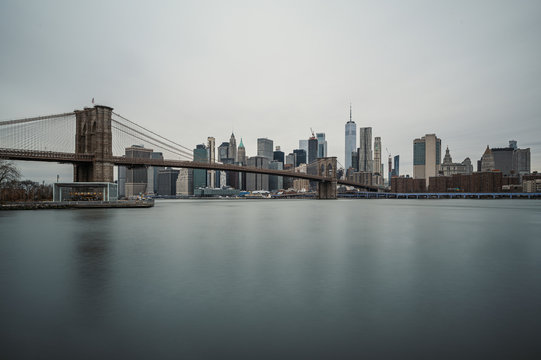 Brooklyn Bridge und New York Panorama am Tag