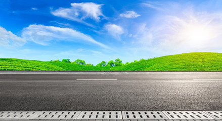 Photo sur Aluminium Taupe Asphalt road and green tea mountain nature landscape on sunny day,panoramic view.