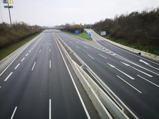 Obraz wegen Corona - leere Autobahn - bei Graz - fototapety do salonu