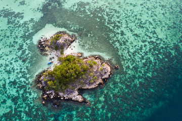 Fotorolgordijn Tropical strand Tiny tropical island