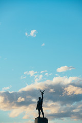 Foto op Canvas Historisch mon. The Silhouette of Statue at the Park on Shoreline