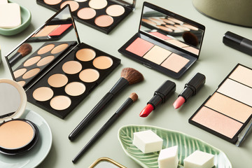 Arrangement of cosmetic powder products