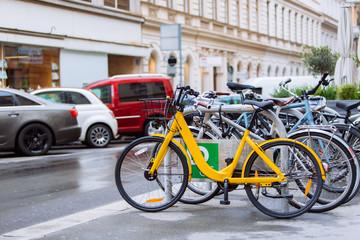 Papiers peints Londres bus rouge bicycle parking place at city street