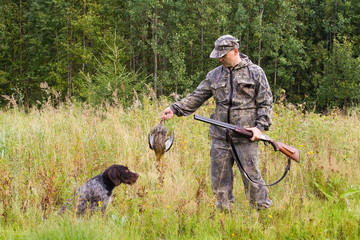 the hunting dog gave the downed game to the hunter
