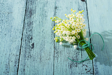 Photo sur Aluminium Muguet de mai Lily of the valley flowers on cracked blue wood table background