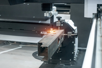 Automatic plasma cutting of metal parts