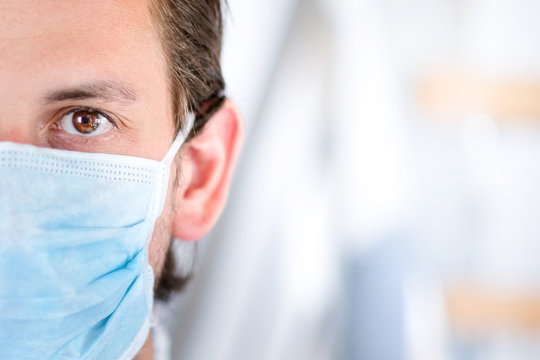 Mann mit Mundschutz