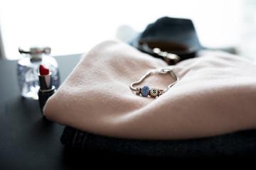 Obraz kobiece ubrania przygotowane do spakowania  - fototapety do salonu