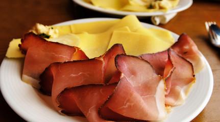 Brotzeit auf einem Teller - Schinken und Käse