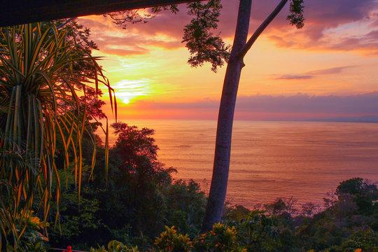 coucher de soleil à quepos au parc manuel antonio du costa rica