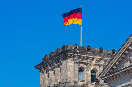 Berlin Reichstag wehende Fahne im Wind, Bundesrepublik, Gesetzgeber, politische Führung, Tradition, traditionell, politisches Berlin, Gesetzgebung, Debatte, Politberater, Untersuchungsausschuss