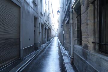 Petite rue parisienne sous la pluie.