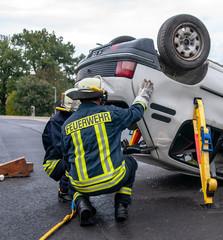 Feuerwehrleute bei einer Rettung nach einem Verkehrsunfall