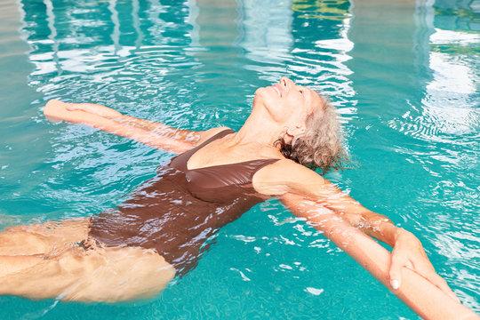 Senior Frau macht eine Hydrotherapie