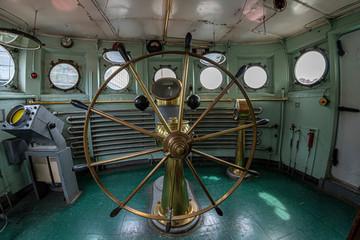 Deurstickers Schip old ship command bridge steering wheel