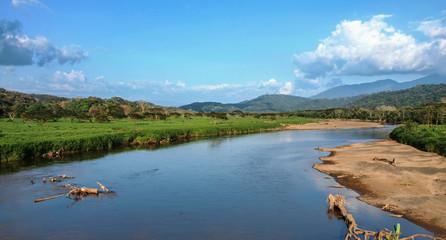 Poster Crocodile Aussicht auf die Landschaft am Fluss Tárcoles in Costa Rica an der Strecke zwischen Jacó und Manuel Antonio, bekannt für seine Krokodile