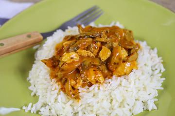 Wall Mural - poulet cuisiné aux légumes et riz dans une assiette