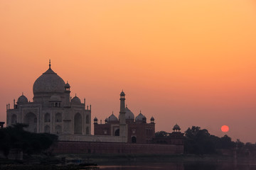 Taj Mahal reflected in Yamuna river at sunset in Agra, India Fototapete
