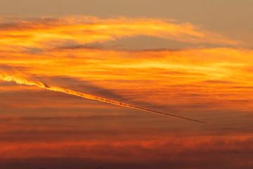 Fototapeta 珍しい赤い飛行機雲