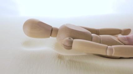 Wall Mural - Uomo di legno sta testando a dormire nel nuovo materasso in poliuretano con tecnologia in memory foam.