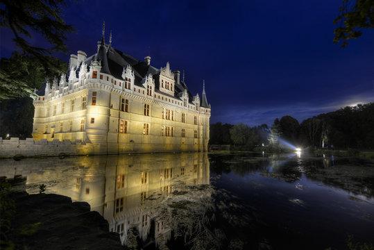 Château de Loire en France Azay-le-Rideau sous un ciel nocturne d'été