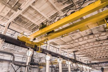 Stores à enrouleur Ponts Overhead crane at an industrial plant, background production, construction site