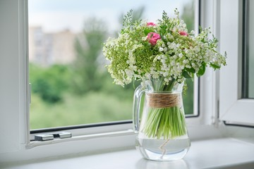 Photo sur Plexiglas Muguet de mai Springtime, spring fresh bouquet of lilies of the valley, pink roses, blooming viburnum