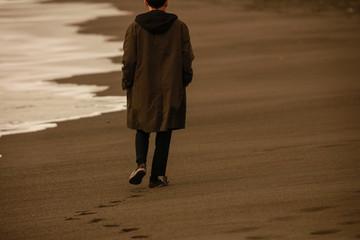 海岸を一人で歩く男性 Wall mural