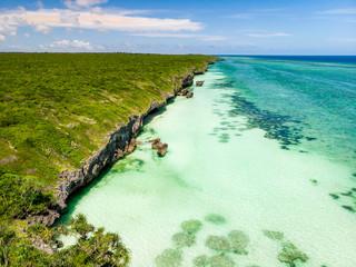 Paysage d'une plage de sable blanc vue en hauteur de Zanzibar