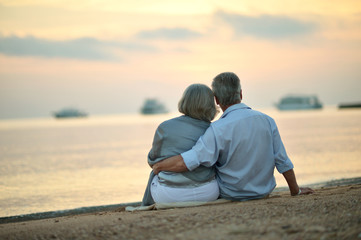 Poster Detente Portrait of mature couple relaxing on beach
