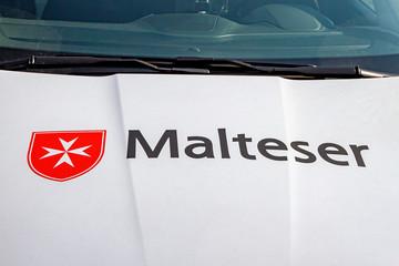 Dienstfahrzeug der Malteser mit Malteserkreuz