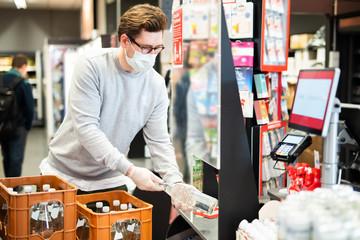 Schutz vor einer Ansteckung mit dem Coronavirus für die Kassierer im Supermarkt  Fototapete
