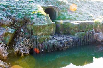 Fototapeta Odpływ ścieków kanał nad rzeką