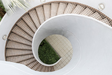 Photo sur Plexiglas Spirale An empty outdoor spiral staircase with tile.