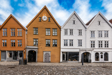 Fotomurales - A row of popular wooden facades of traditional old buildings at the Bryggen site in Bergen, Norway.
