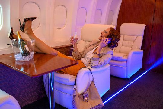Geschäftsfrau fliegt im Privatjet und feiert Party