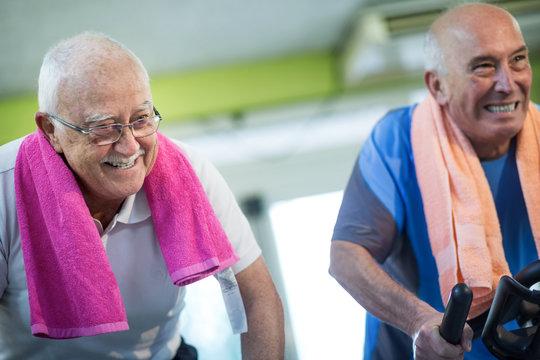 Anziani si allenano facendo spinning