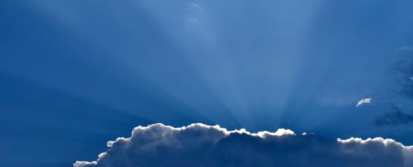 Sonnenstrahlen am blauen Himmel, Bokeh Hintergrund Bild Fototapete