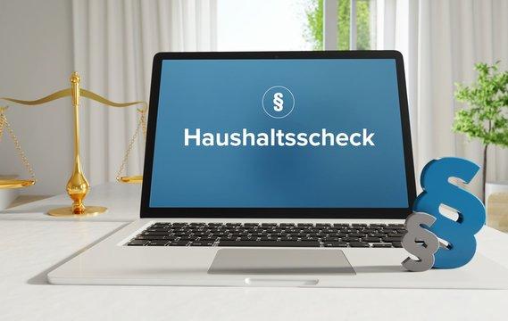 Haushaltsscheck – Recht, Gesetz, Internet. Laptop im Büro mit Begriff auf dem Monitor. Paragraf und Waage.