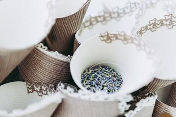 Spoed Fotobehang Lavendel Grains de lavande dans des cornets pour lancé en fin de cérémonie de mariage