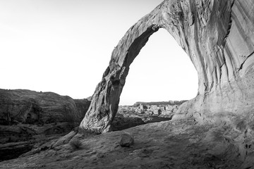 Spoed Fotobehang Grijs arch in the park black and white