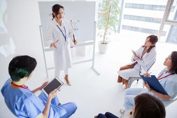 講義を受ける医療チーム
