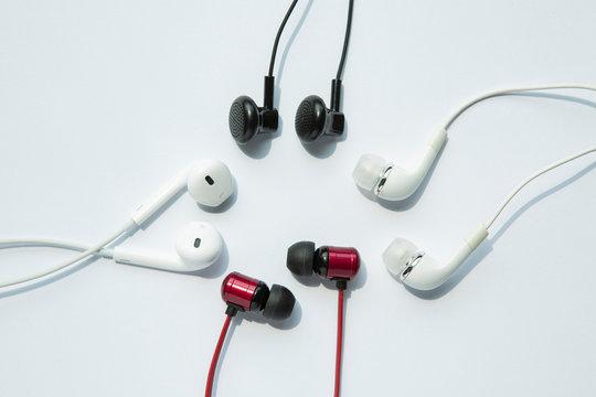 검정, 하양 빨강 네 개의 이어폰