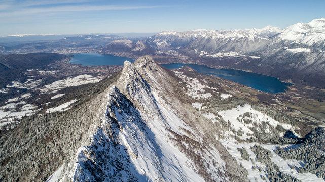 Le lac d'Annecy et ses montagnes en hiver